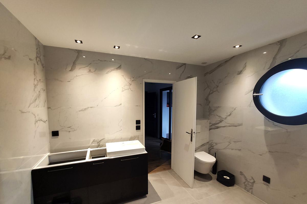 Éclairage et interrupteurs d'une salle de bain